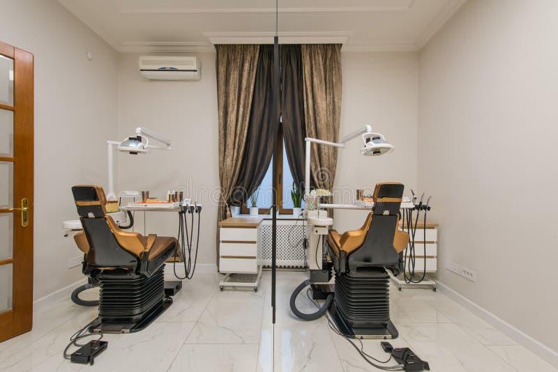 Bureau dentaire de luxe dans la clinique dentaire image libre de droits