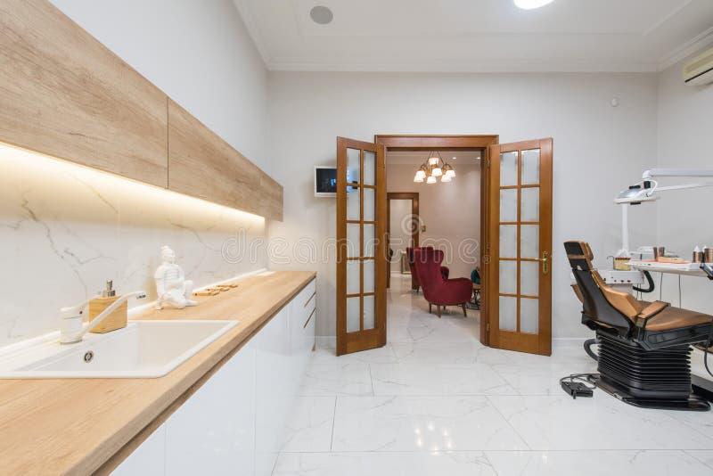 Bureau dentaire de luxe dans une clinique dentaire photos stock