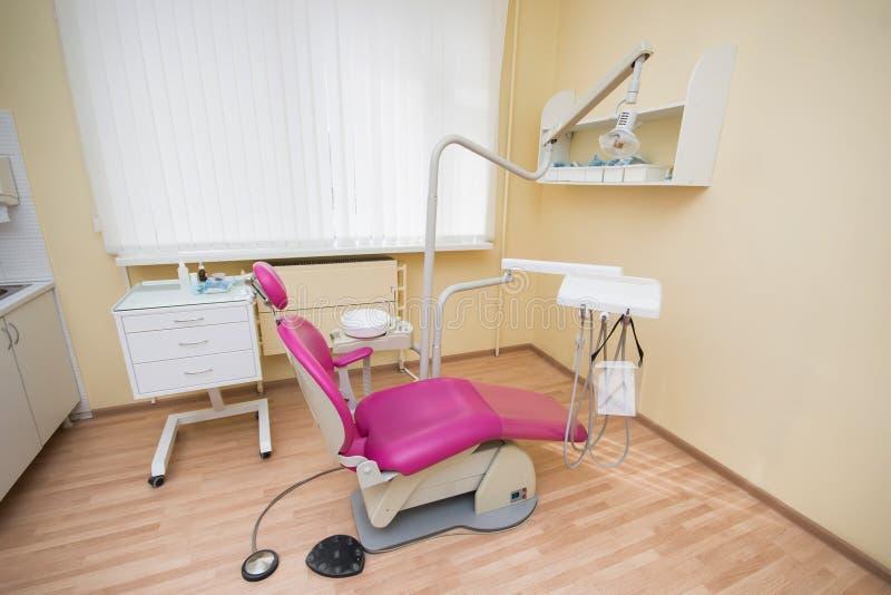 Bureau dentaire moderne Chaise dentaire et autres accessoires employés par des dentistes photographie stock