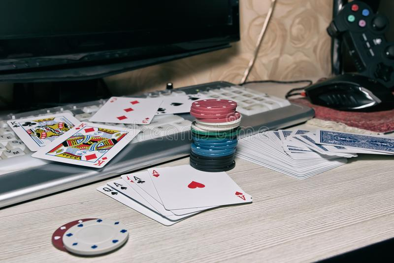 Bureau du joueur dans les casinos en ligne avec les cartes dispersées et le PO image stock
