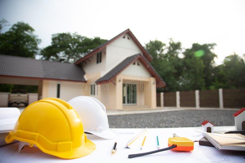 Bureau du projet de travail architectural sur le chantier de construction, avec équipement de dessin photos stock