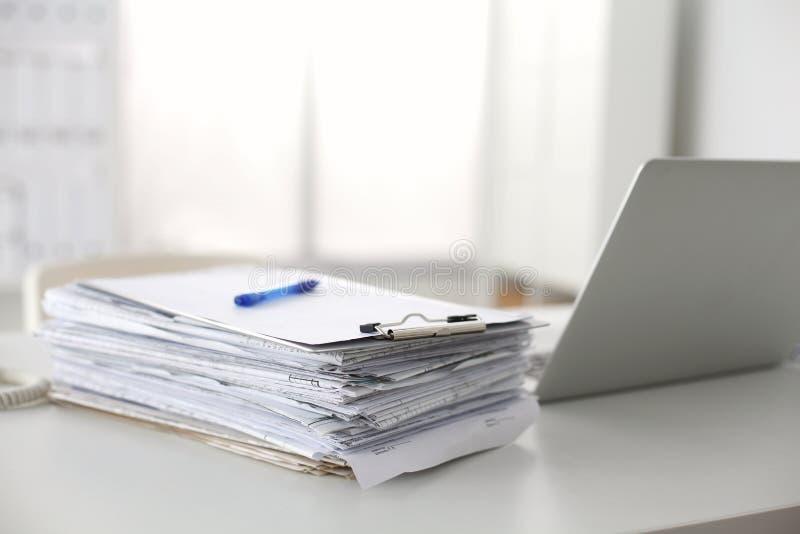 Bureau een stapel van computerdocument het rapportenwerk royalty-vrije stock afbeelding
