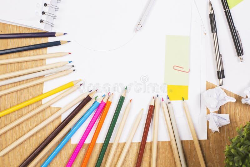 Bureau en bois avec des approvisionnements photographie stock
