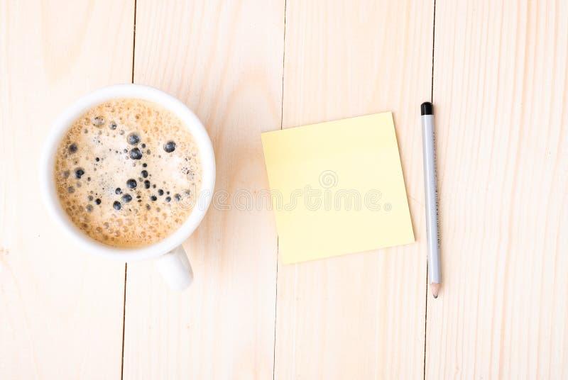 Bureau en bois avec des fournitures de bureau et tasse de café images stock