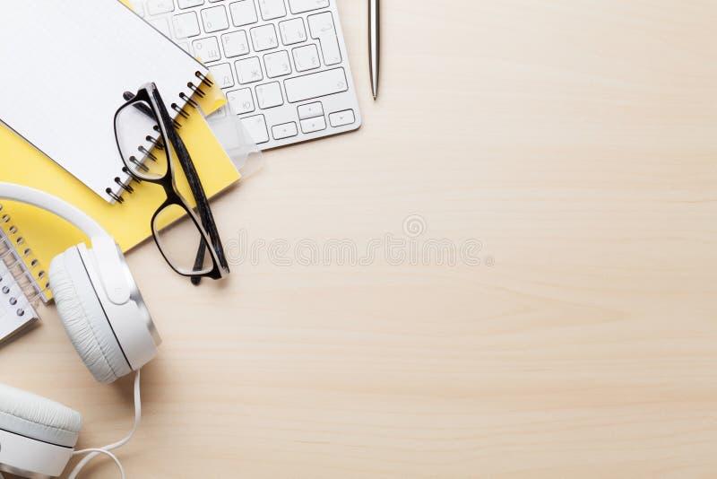 Bureau en bois avec l'ordinateur et les approvisionnements photographie stock libre de droits