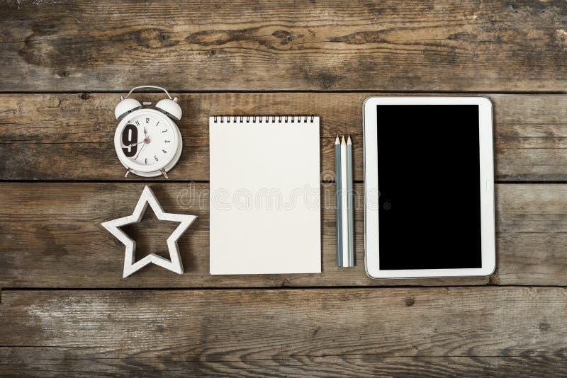 Bureau en bois conceptuel moderne ou table à la maison de bureau avec le comprimé, le carnet, la tasse de stylos, l'horloge en bo photographie stock