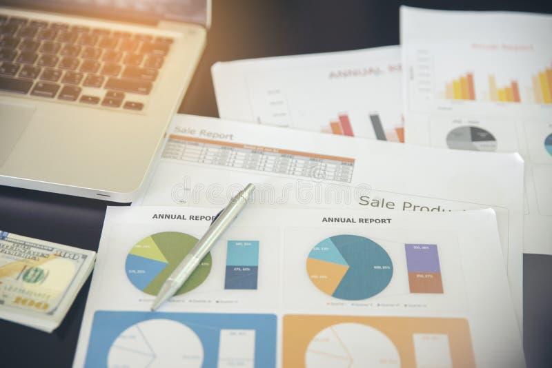 Bureau en bois de bureau d'ordinateur de gestion avec le rapport annuel, le compte rendu succinct, le document, le papier et l'ar images stock