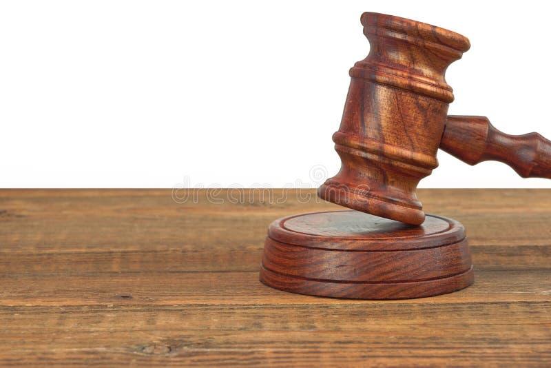 Bureau en bois de juges avec Gavel sur le conseil sain d'isolement photographie stock