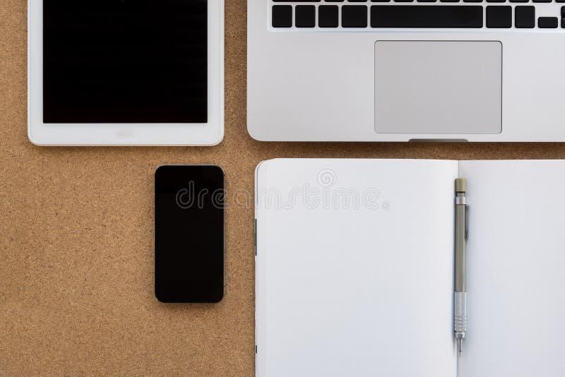 Bureau en bois de local commercial avec l'ordinateur portable, comprimé, smartphone, pas image libre de droits