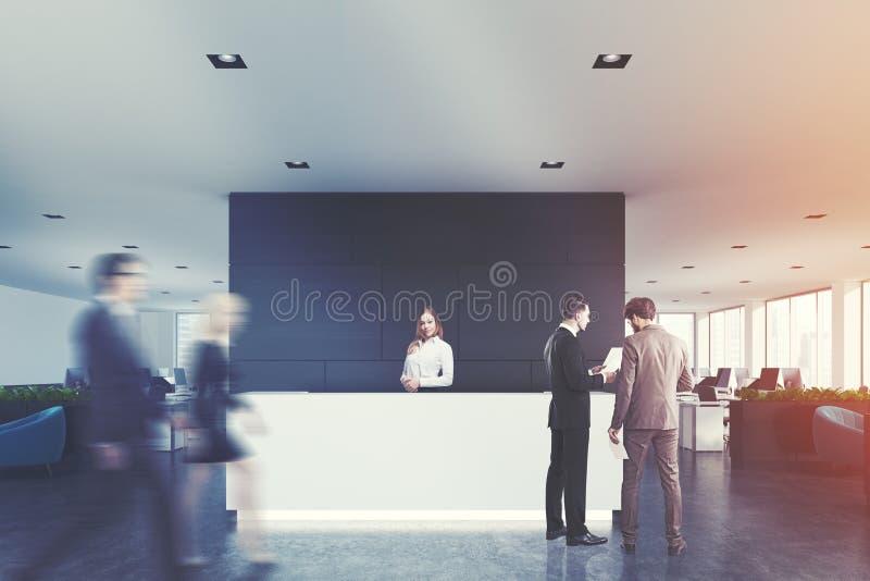 Bureau en bois noir, réception blanche, les gens photographie stock libre de droits