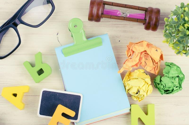 Bureau en bois plat de table de bureau de vue étendue ou supérieure avec stationnaire images stock