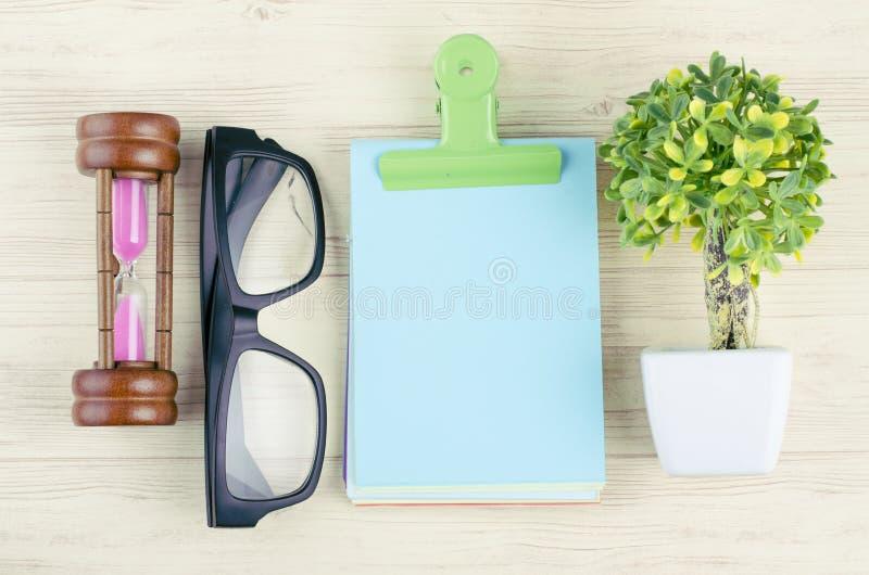 Bureau en bois plat de table de bureau de vue ?tendue ou sup?rieure avec stationnaire images stock