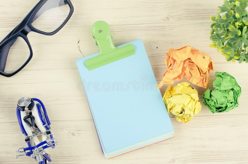 Bureau en bois plat de table de bureau de vue ?tendue ou sup?rieure avec stationnaire photographie stock libre de droits