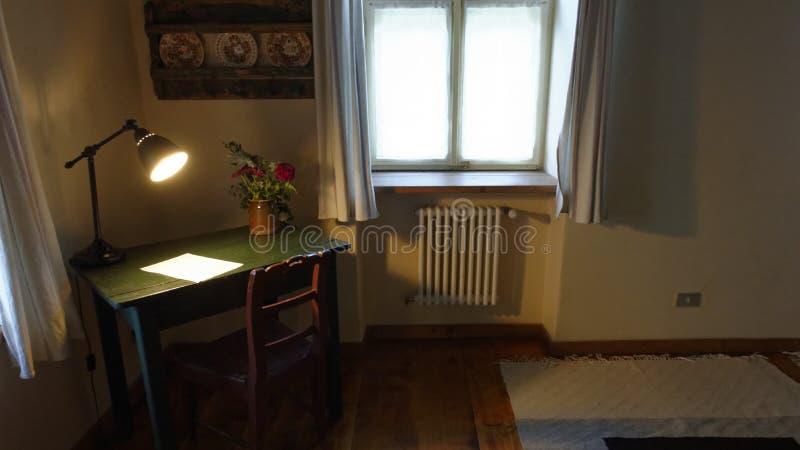 Bureau en lamp in ruimte, Copsa-Merrie, Transsylvanië, Roemenië stock foto