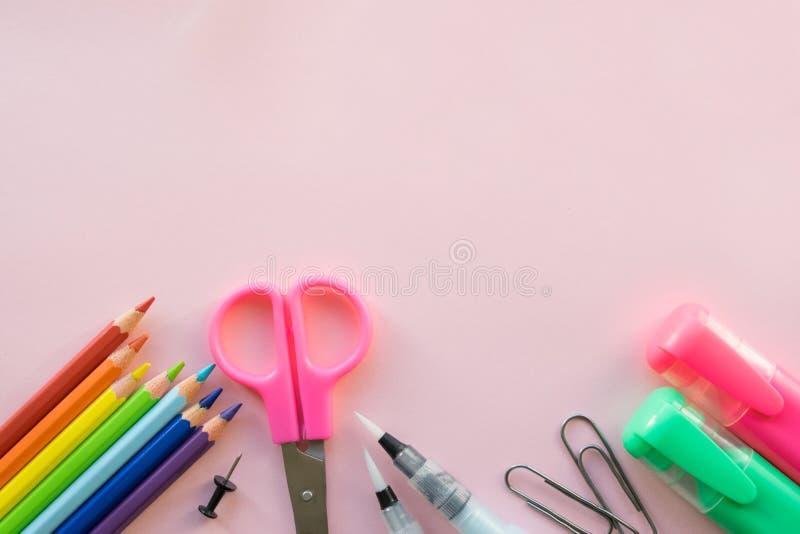 Bureau en schoollevering op roze achtergrond Vrije ruimte stock afbeeldingen