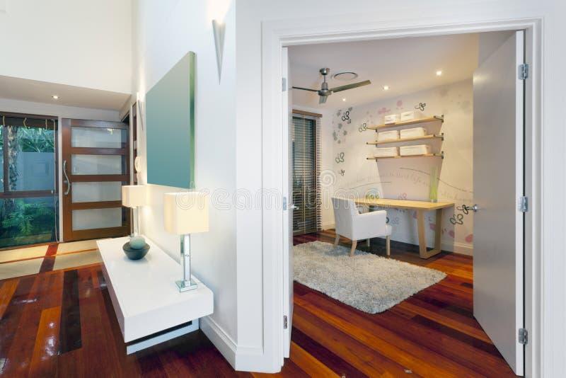 bureau et couloir dans la maison moderne image stock image du architecture trappe 25700167. Black Bedroom Furniture Sets. Home Design Ideas