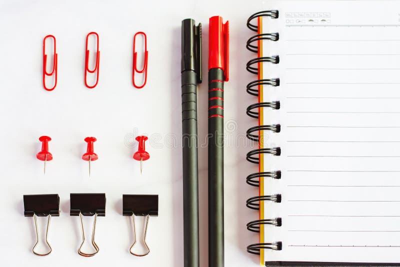 Bureau et fournitures scolaires avec le carnet de notes à spirale, stylo coloré, p image stock