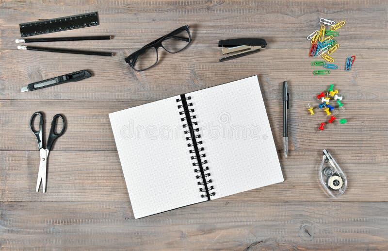Bureau et fournitures scolaires Ouvrez les outils de livre et d'écriture photo libre de droits