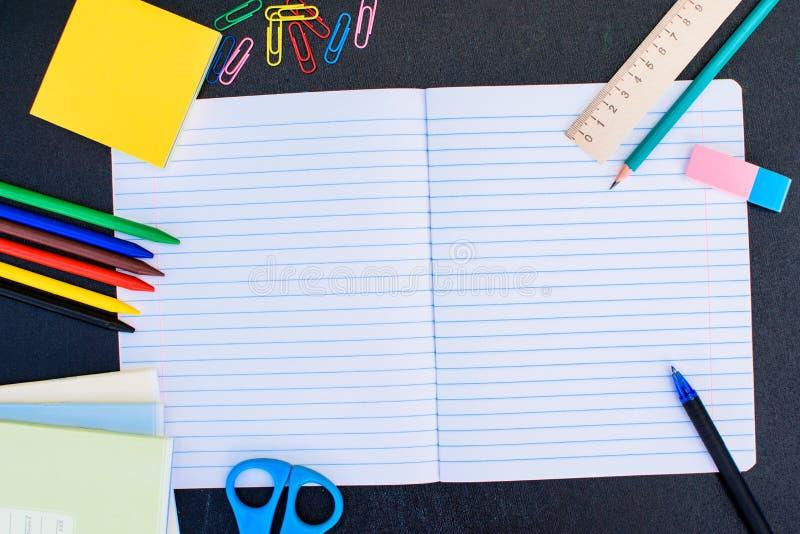 Bureau et fournitures scolaires image libre de droits
