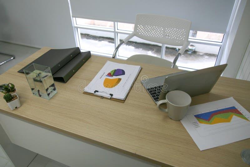 Bureau et ordinateur portable photos libres de droits