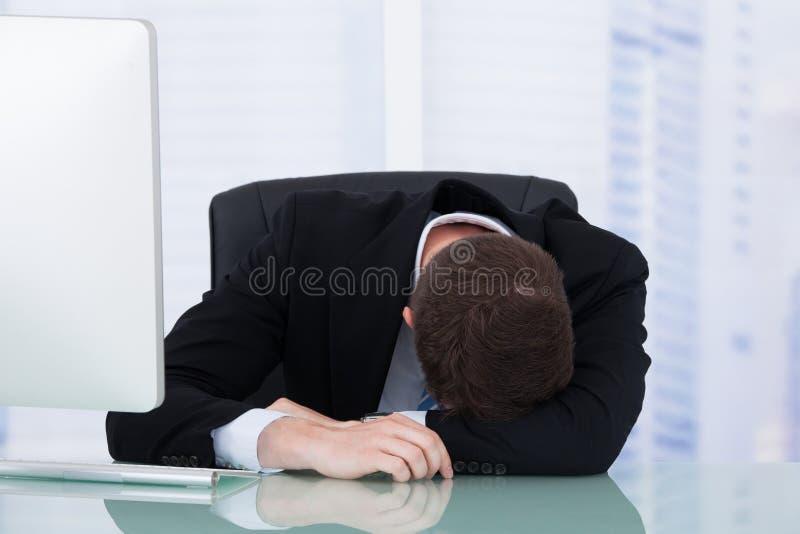 Bureau fatigué de Resting At Office d'homme d'affaires image stock