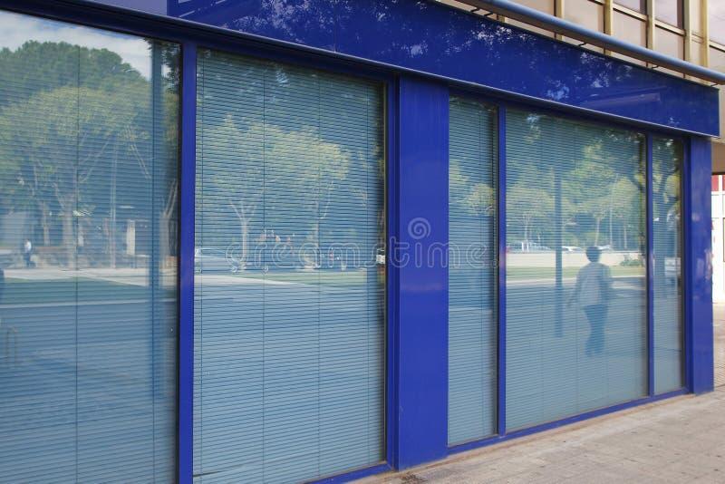Bureau fermé dans la rue photos stock