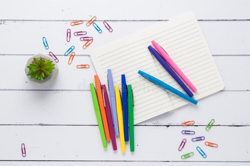 Bureau flatlay avec les fournitures de bureau colorées photos stock