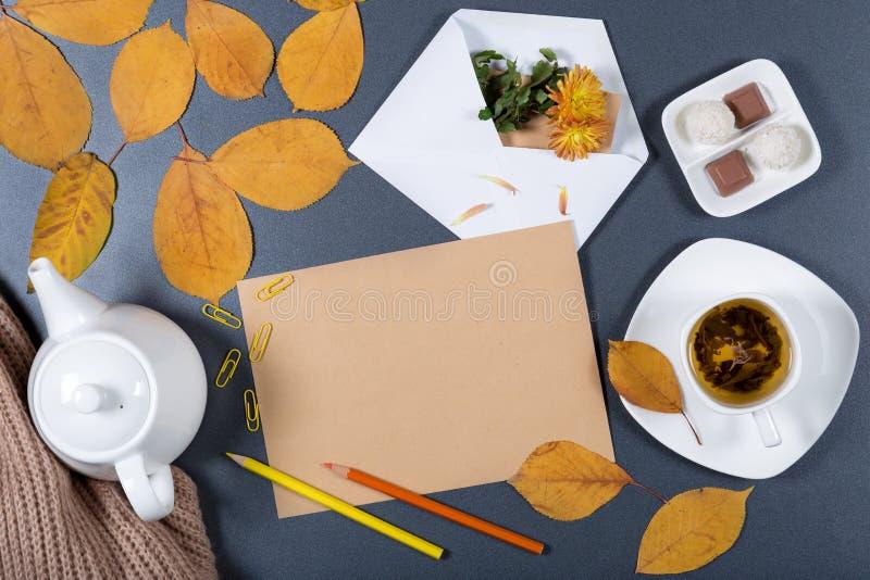 Bureau fonctionnant d'automne romantique Feuille de papier brun de métier, blanche photos stock