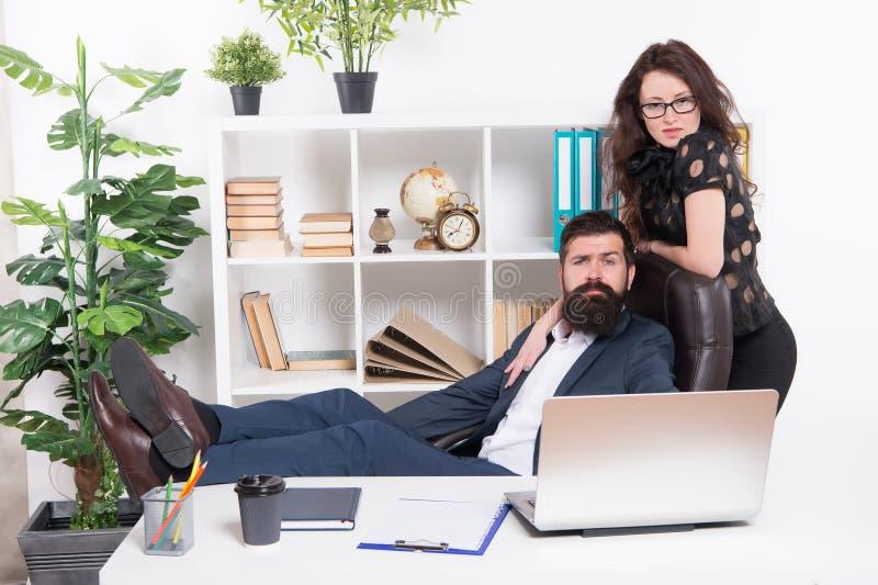Bureau fonctionnant de couples modernes d'affaires Gens d'affaires de concept Couples d'affaires dans le bureau Homme et femme at photos stock