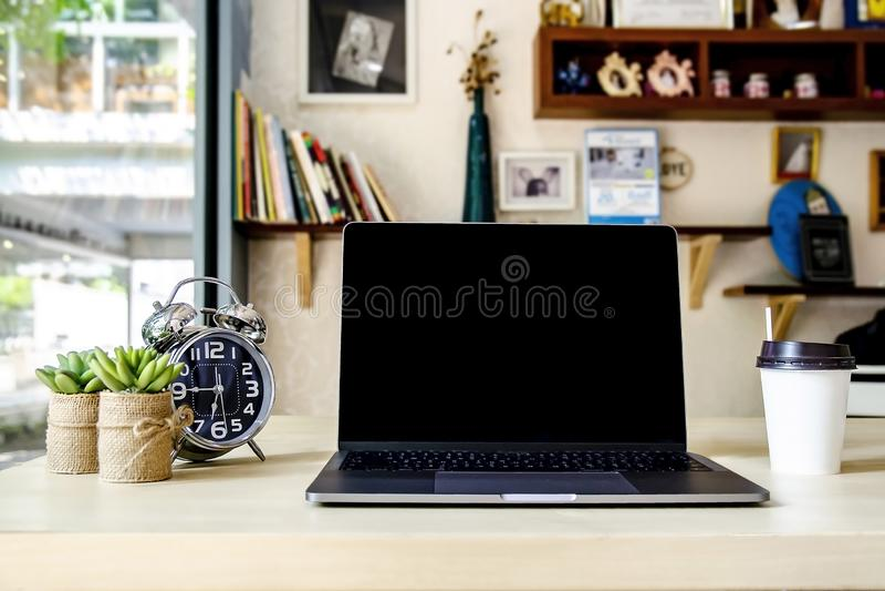 Bureau fonctionnant vide dans le siège social avec l'équipement tel que l'ordinateur portable/ordinateur portable, l'horloge, l'a photographie stock libre de droits