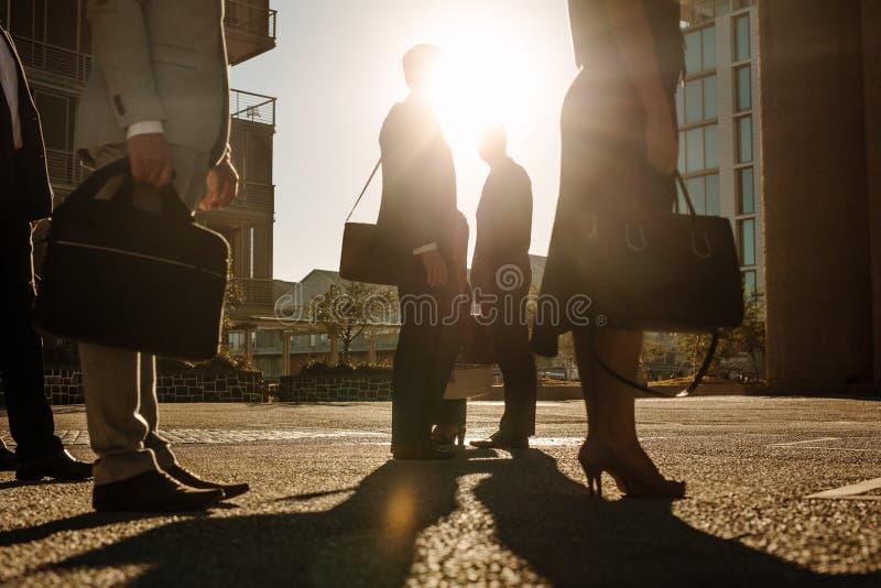 Bureau gaande mensen die op een bezige straat omzetten stock fotografie