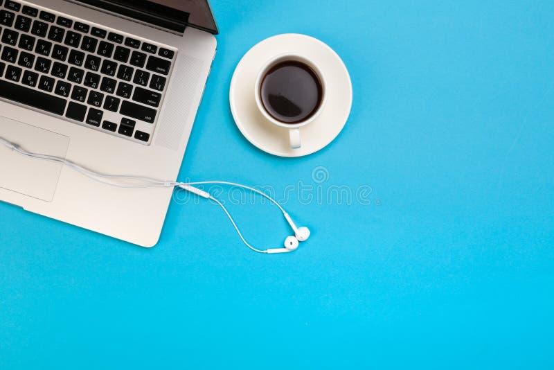 Bureau het werk ruimte - leg vlak de hoogste foto van het meningsmodel van een het werk ruimte met laptop, koffiekop en smartphon royalty-vrije stock foto's