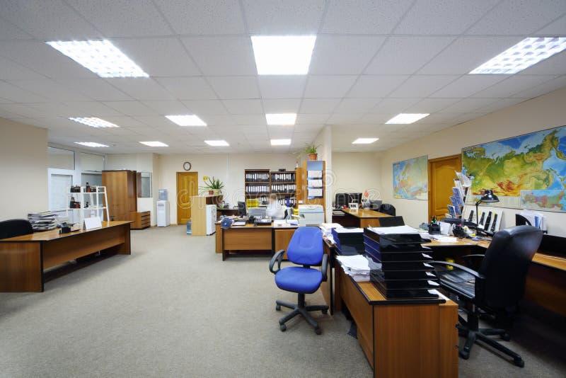 Bureau léger avec des bureaux, des ordinateurs et la carte de travail. image libre de droits