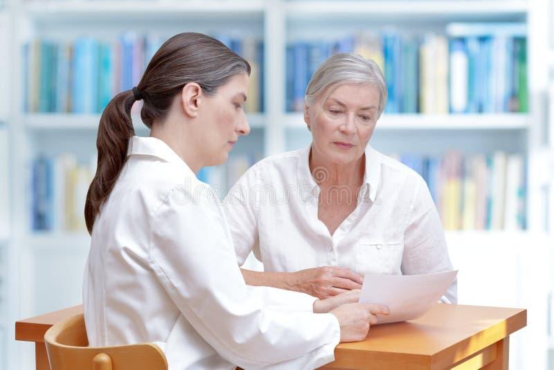 Bureau médical de papier patient de docteur photographie stock libre de droits