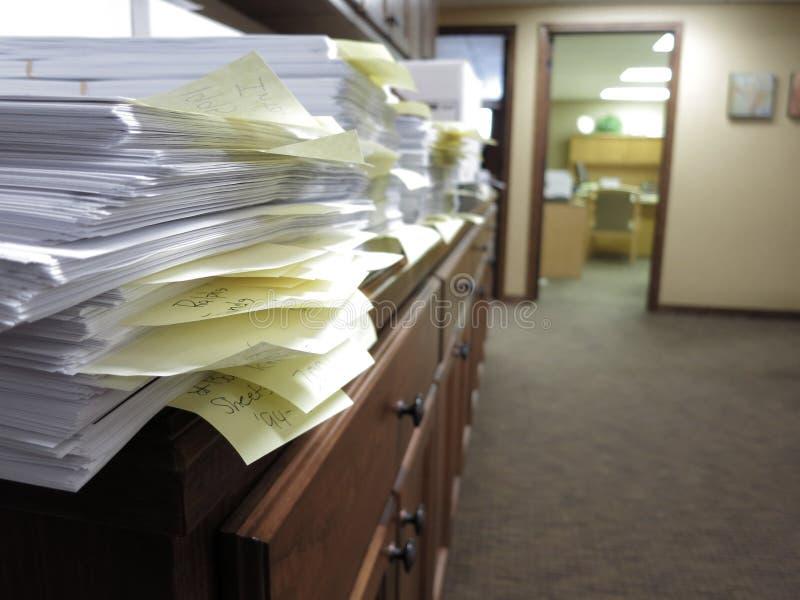 Bureau malpropre avec des documents photos stock