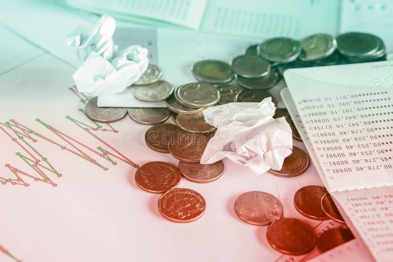 Bureau malpropre avec des pièces de monnaie, livre de comptes photos stock