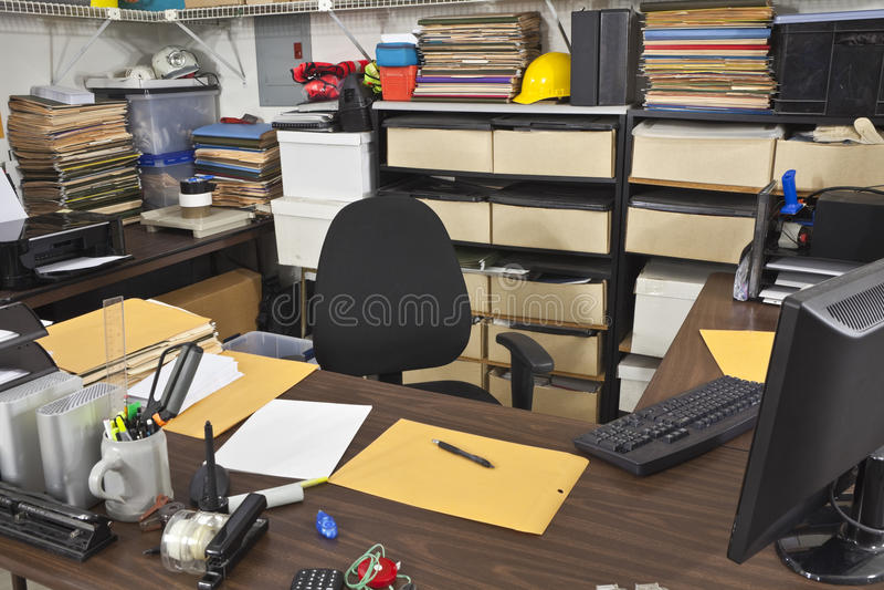 Bureau malpropre de pièce de travail images stock
