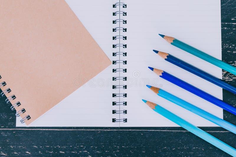Bureau met blocnotes en gekleurde potloden met lege pagina's en copyspace royalty-vrije stock foto's