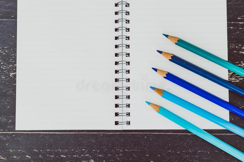 Bureau met blocnotes en gekleurde potloden met lege pagina's en copyspace stock foto's