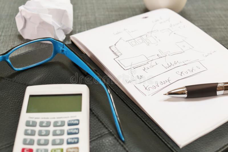 Bureau met een calculatorglazen, blocnote en koffie royalty-vrije stock fotografie