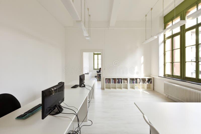 Bureau met modern wit meubilair royalty-vrije stock foto