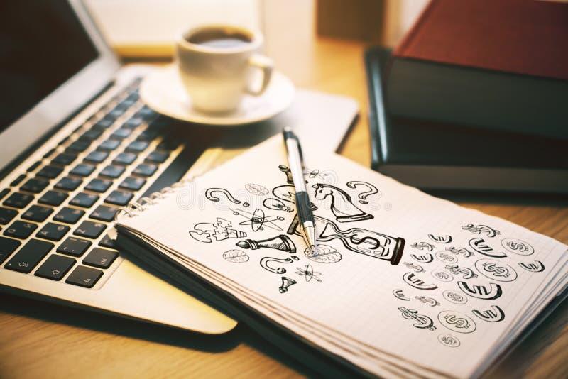 Bureau met tekening in blocnote stock foto's