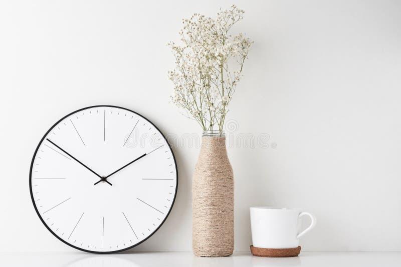 Bureau minimal d'espace de travail de siège social avec l'horloge murale photos libres de droits