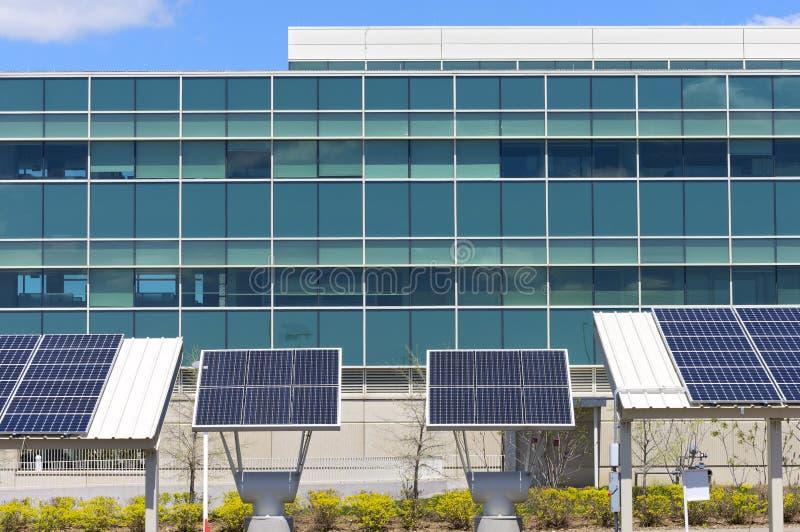 Bureau moderne avec l'énergie solaire photo stock