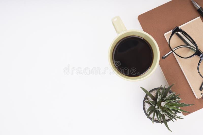 Bureau moderne avec le carnet, le stylo, le livre de papier et la tasse de café image stock