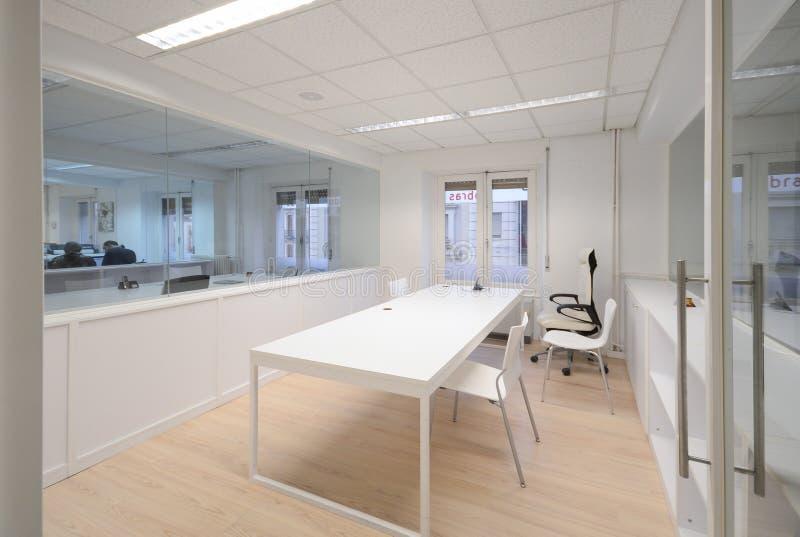 Bureau moderne avec les meubles blancs image stock image du