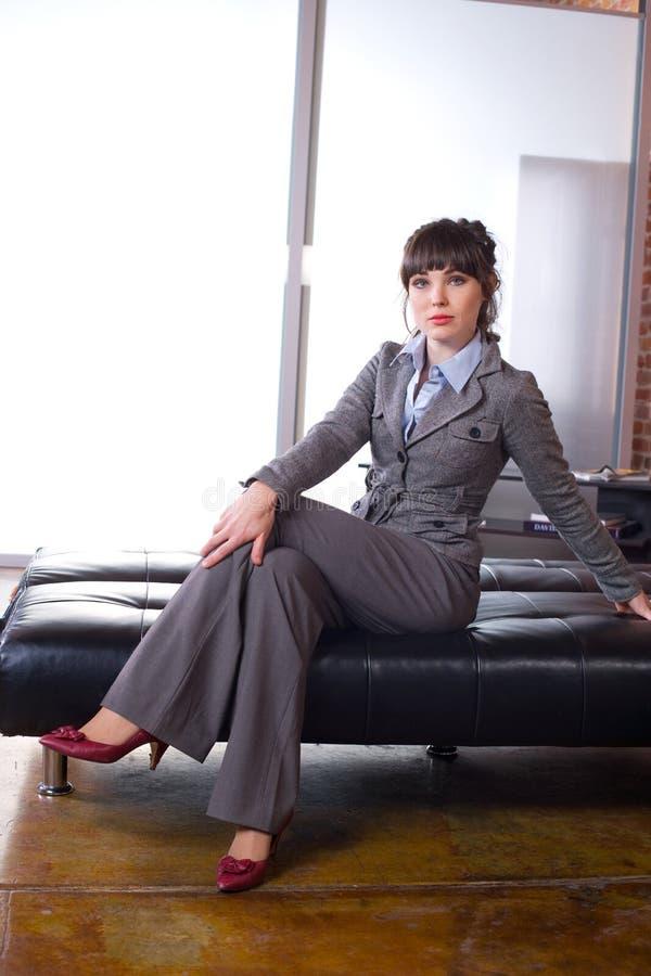 Download Bureau Moderne De Femme D'affaires Image stock - Image du pattes, noir: 8651447