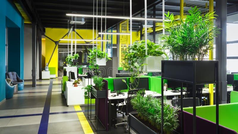Bureau moderne léger de l'espace ouvert avec de grandes fenêtres photo stock