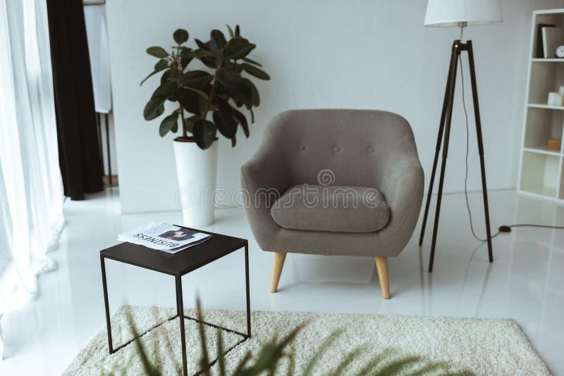 bureau moderne vide avec le fauteuil, table images libres de droits