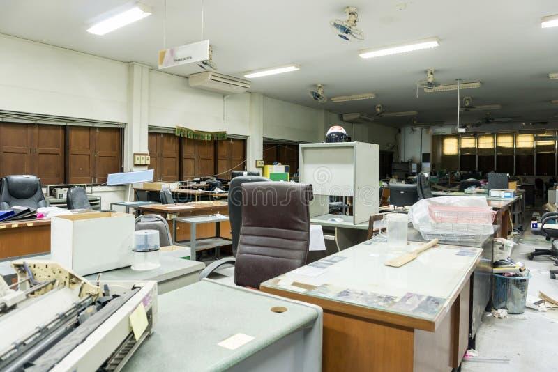 Bureau sale, malpropre et abandonné, lumière pauvre photo stock